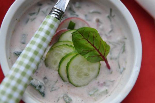Skład: 5 ogórków gruntowych 2 ugotowane jajka 2-3 średnie peczki botwinki 1 pęczek szczypiroku 1 pęczek koperku 5-6 rzodkiewek 1 papryczka chilli 2 starte ząbki czosnku 1 duży jogurt grecki 1 duży kefir 3 łyżki oliwy sok z cytryny sól i pieprz A oto jak to zrobić: 1. Botwinkę (liście i małe buraczki) kroimy na …