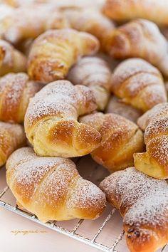 Drożdżowe rogaliki z twarożkiem  sweet cheese crescents Hefe-Croissants mit Frischkäse
