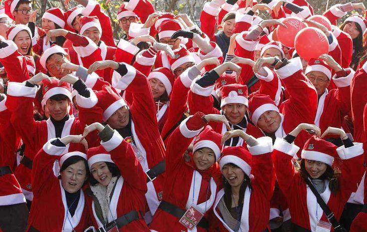 6 de dezembro - Cerca de 200 voluntários vestindo trajes de Papai Noel fazem manifestação por visitas e presentes para recém-nascidos em Seu...