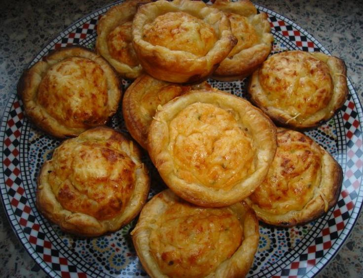 Recept voor mini quiche met zalm. Dit alles mengen en een half uurtje laten staan. Je muffinvorm met bladerdeeg bedekken, zonder in te vetten en elk vormpje met een volle