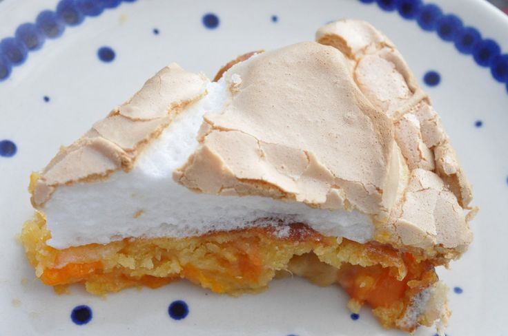 Lækker abrikostærte med marcipan og marengs