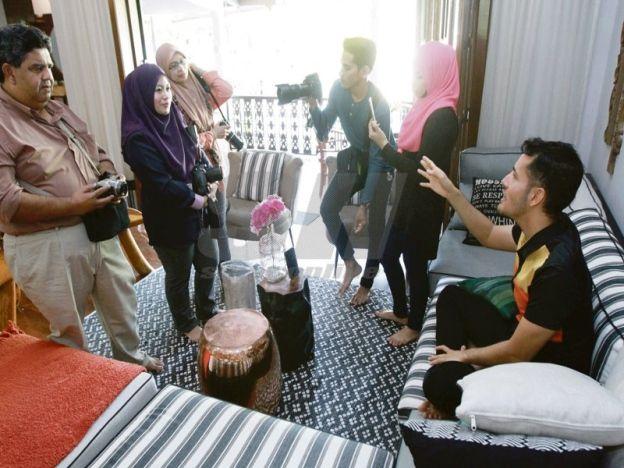 Dilapor dera kucing Vaterinar dan Jabatan Perhilitan serbu rumah Aliff Syukri   Gara-gara dakwaan mendera kucing peliharaannya bernama Dodi dua agensi penguat kuasa membuat serbuan terhadap ahli perniagaan produk kesihatan popular Datuk Aliff Syukri Kamarzaman di rumahnya semalam.  Operasi yang disertai kira-kira 15 anggota daripada Jabatan Perkhidmatan Veterinar Malaysia (DVS) dan Jabatan Perhilitan (Perhilitan) Selangor itu dilakukan sekitar jam 10 pagi.  Menurut jurucakap penguat kuasa…