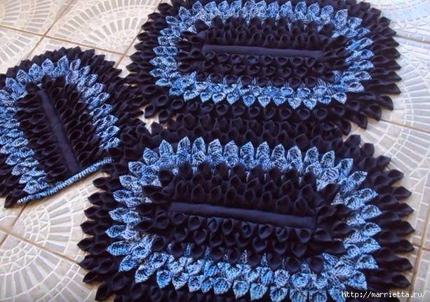 Для создания лоскутного коврика для ванной комнаты можно использовать шифон, муслин или креповую ткань.Для основы коврика берется джинсовая или любая другая плотная ткань. Размер основы 70 Х 50 см.Дл…