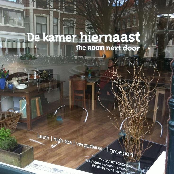 De kamer hiernaast [Den Haag] vanaf 08 uur open. Op zaterdag vanaf 10 uur. Zondag dicht. Ook om te vergaderen