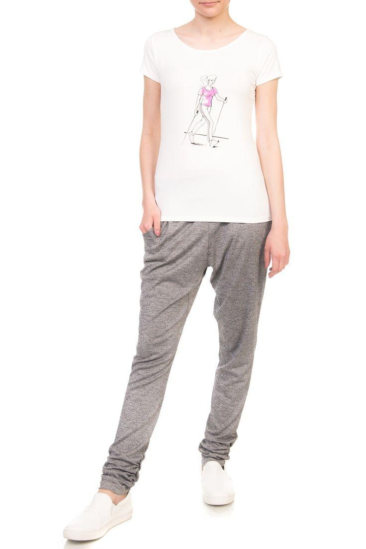 BLUZKA NORDIC WALKER. Lekka bluzka w kolorze ecru wykonana z elastycznej wiskozy z  printem przedstawiającym sylwetkę kobiety uprawiającej sport. Prosta, dopasowana forma z krótkim rękawem i dekoltem w łódkę. Polecamy w zestawieniu z szarymi spodniami z dzianiny lub klasycznym denimem. Wyprodukowano w Polsce.