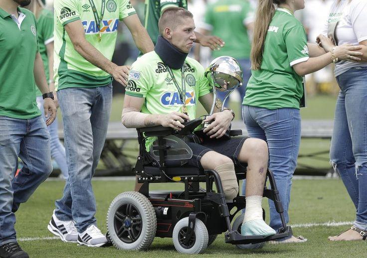 La Chapecoense torna in campo: i superstiti della tragedia portano la Coppa Sudamericana