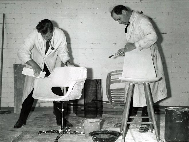 Olli Mannermaa and Olof Pira work on chairs, 1954 / Selected by www.20emesiecle.be