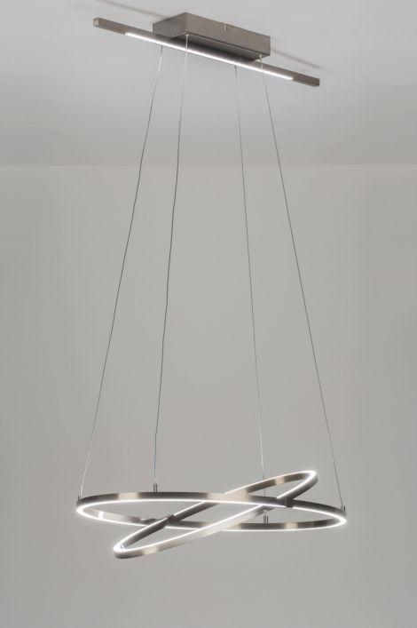Artikel 10954 Deze hanglamp is voorzien van led verlichting. Het led ligt in de subtiel ontworpen ovale ringen welke fraai in elkaar passen. De buitenste, ovale ring zorgt voor een stabiel evenwicht. De binnenste, ovale ring balanceert hiertussen en is geheel naar wens richtbaar zodat u de lichtbundel naar wens kunt richten. http://www.rietveldlicht.nl/artikel/hanglamp-10954-modern-design-aluminium