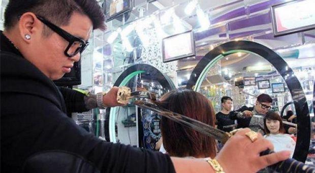 Pria bernama Nguyen Hoang Hung ini bekerja sebagai penata rambut di sebuah salon di Vietnam. Tidak seperti orang lain dengan profesi sama yang menggunakan gunting, Hung menggunakan pedang untuk memotong rambut klien-nya!  Tak bisa dibayangkan bagaimana tekniknya, walaupun begitu rambut hasil potongan Hung selalu bagus. Hung mengakui ia memutuskan menggunakan skill unik itu lima tahun lalu.Awalnya, Hung berpartisipasi di sebuah game show dimana ia ditantang memotong rambut tanpa menggunakan…