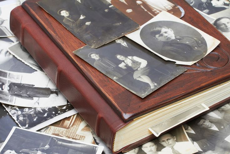 #Fotoalbum mit alten Schwarzweiss-Fotografien einer Familie. Im Laufe der Zeit hat sich das Fotografieverhalten verändert. Doch nicht nur das Verhalten, sondern auch die Technologie unterliegt in der #Fotografie einem ständigen Wandel. Infos zum Wandel der Fotografie findet ihr: http://www.fotos-fuers-leben.ch/fototechnik/geschichte-fotografie/das-fotografieren-im-wandel-der-zeit/
