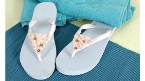 Grâce à des rubans, customisez vos tongs pour les transformer en accessoires glamours à porter tout l'été.