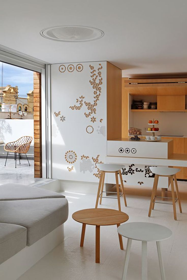 La pièce principale de ce petit appartement moderne au cœur de la ville