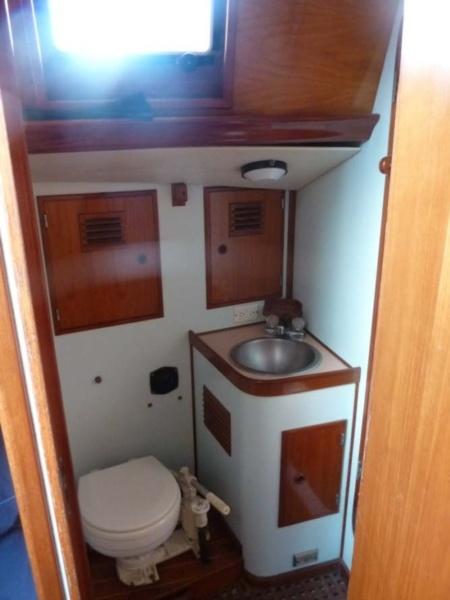 Resultados da Pesquisa de imagens do Google para http://www.yachtcouncil.com/media/images/yachts/578/110974/BigSlideShowSize-Cruising-Sailboat-Accommodations-110974-Maro-IV-aft-toilet.jpg