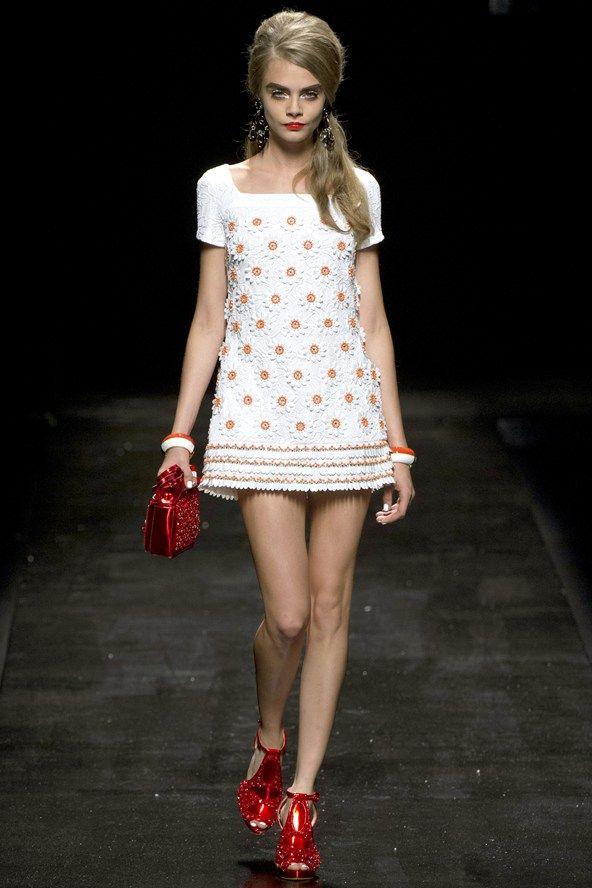 La modelo londinense Cara Delevigne nos enseña este adorable vestido de Moschino.