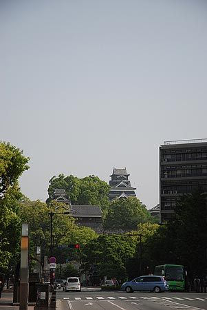 綺麗に整った街から見る熊本城の雄姿。今日、天草へ向かう。[2011/5 熊本城(熊本県)]© 2010 風旅記(M.M.) 風旅記以外への転載はできません...