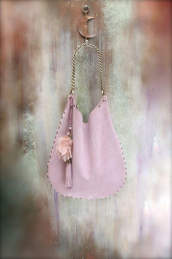 He encontrado este interesante anuncio de Etsy en https://www.etsy.com/es/listing/238164962/leather-hobo-bag-blush-pink-boho-bag