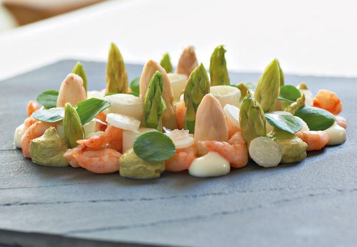 Fjordrejer er de fineste skalddyr, vi har, og de smager fantastisk. De skal kun koges til, de lige skifter farve, og så er det ellers bare med at sætte sig til at pille ... Men det er besværet værd, og i kombination med danske asparges i både fast og cremeform har du din nye yndlingsforret.