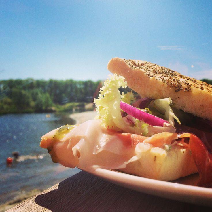 Lunchtime: Broodje met gedroogde Italiaanse ham, roomkaas en rode ui....Eet smakelijk!