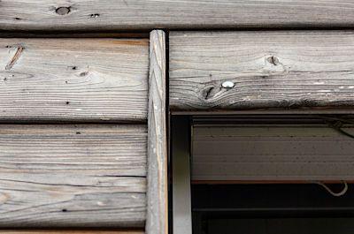 Dřevo sibiřského smrku má tu výhodou, že postupně zešedne až zestříbří a stavba z něj pak působí v krajině velice přirozeným, až nenápadným dojmem.
