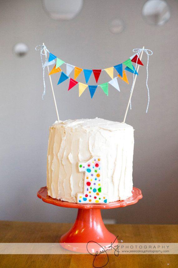 Een simpele taart die door de toevoeging van een vrolijke vlaggenlijn en een echte feesttaart wordt
