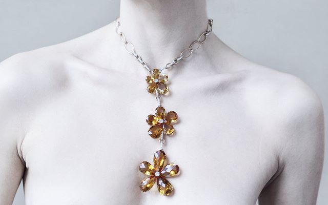 #necklace #daisynecklace #beauty #jewels #vennarigioielli #illussodelleidee Photo by : @ottaviapoli  DAISY  Collana in oro giallo con ciondolo di citrini e diamanti. / Yellow gold necklace with citrines and diamonds.