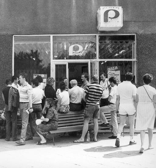 Luksus po sowiecku, czyli sklepy dla nadludzi Pomarańcze, mandarynki, prawdziwa czekolada czy pyszna szynka - czasami frykasów tych nie można było dostać wcale, a czasami były na półkach, ale tak potwornie drogie, że stać było na nie nielicznych. Dlatego owoce cytrusowe czy najlepsze słodycze pojawiały się w większości polskich domów wyłącznie od święta. Niemal nieograniczony dostęp do dóbr luksusowych mieli oczywiście przedstawiciele aparatu władzy.