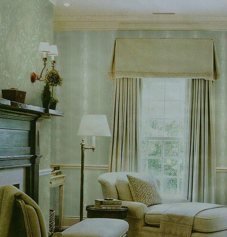 O Papel de Parede que mistura listras com estampa colonial é uma excelente opção para decorar a sala com listras sutis, deixando o ambiente com cores leves. Combina com móveis rústicos e tons pastéis, deixando o ambiente com um ar vintage.