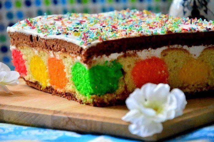 Пляцок  Пляцок— это кондитерское изделие, что-то среднее между тортом, пирогом и пирожным. Как правило, его пекут в прямоугольной форме. Весьма характерным является порционная подача пляцка, и в этом случае поражает воображение срез. Он яркий, многоцветный и замысловатый, благодаря разнообразным слоям, начинкам и кремам. Кроме того, это действительно праздничная выпечка. Вкус пляцка — вкус праздника!  Ингредиенты:  Для теста: масло слив. - 200 гр сахар - 1 стак. яйца - 3 шт + 1 белок сметана…