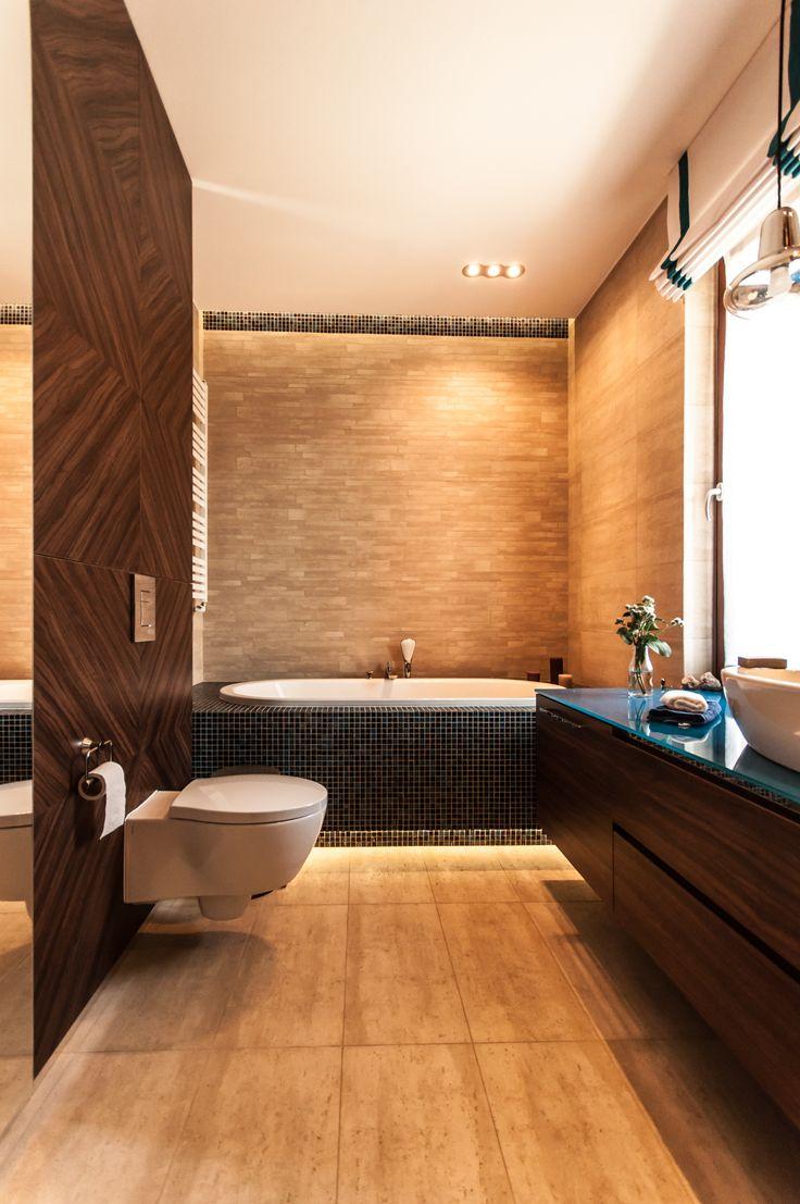 Łazienka z morskimi akcentami w postaci mozaiki i szklanego blatu.