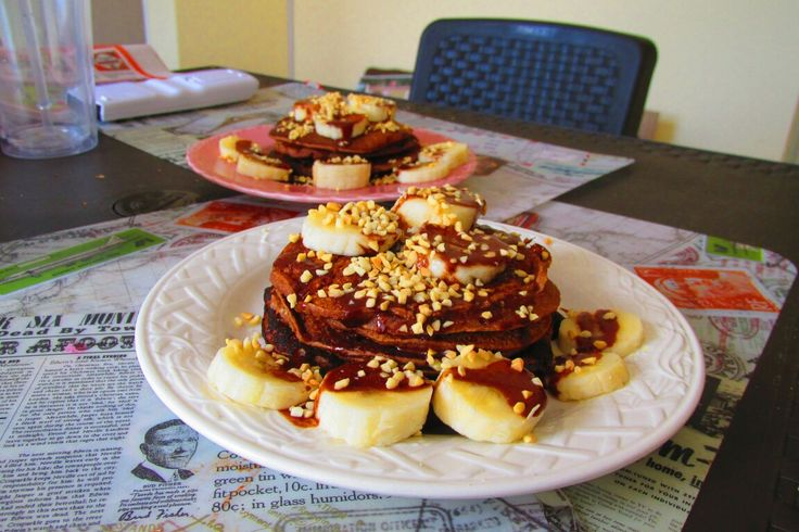 pancakes de avena y banano, con jarabe de chocolate vegano y maní.😀  oats and banana pancakes, with Vegan chocolate syrup and peanuts.