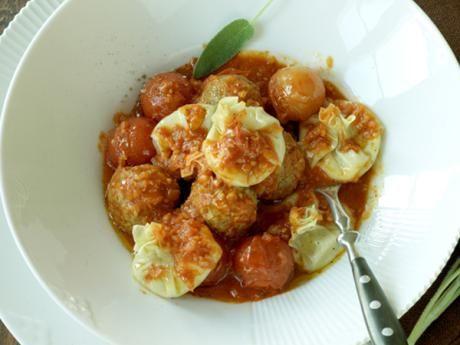 Ångade mascarponeknyten med kalvfärsfrikadeller i tomatsås