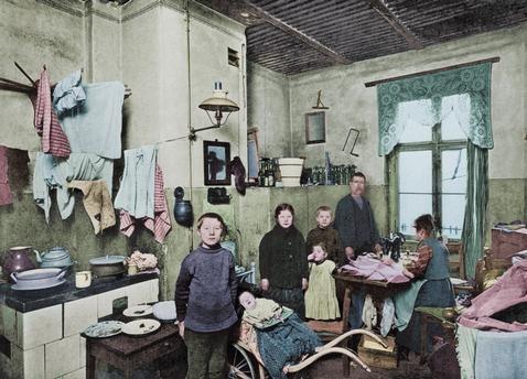 Berlin, Wohnungen.  Berlin-N, Badstraße 44, 4 Treppen. Küche.  Foto, 1916; digital koloriert.