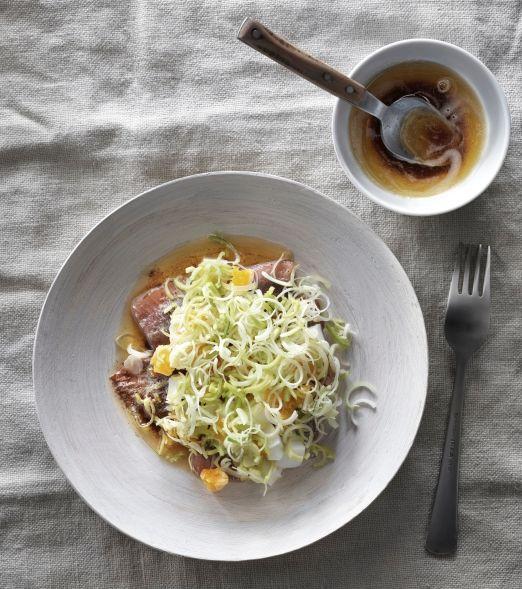 Aringhe con uova e porri: 1 barattolo di filetti di aringhe marinate SILL MATJES, 4 uova sode, 1 porro 150 g burro. Scopri come preparare la #ricetta sul nostro sito. #ricettesvedesi