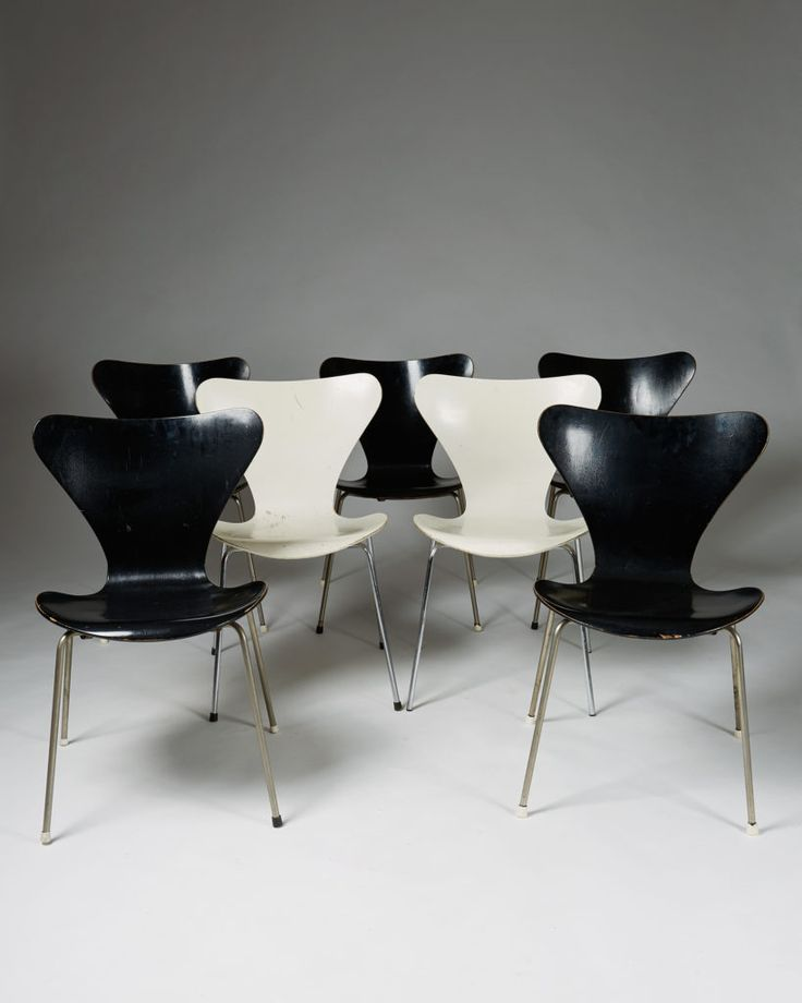 Arne Jacobsen. Lacquered plywood. Five black and two white available.