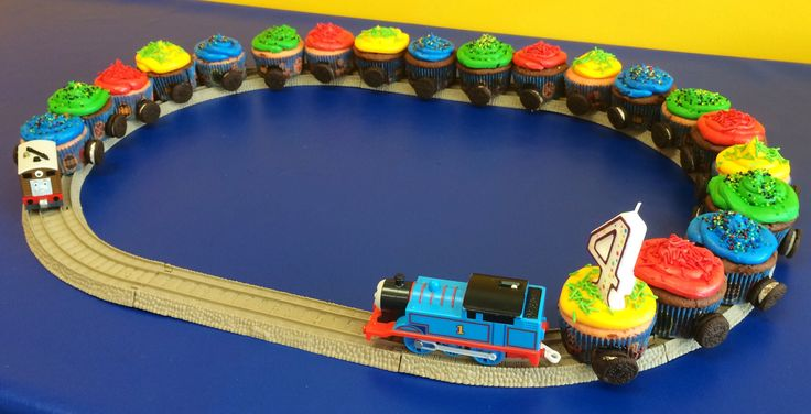 Thomas the train cupcake train using mini Oreos for wheels. Light bulb. Usar la mesa de trenes para los postres