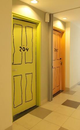 artotel surabaya, pintu kamar bermain dengan grafis..tetap menarik walau low budget