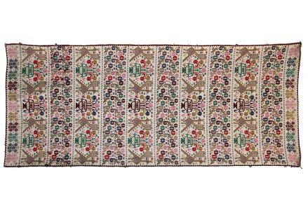 Tessitura di forma rettangolare. Nella decorazione si ripetono, in righe parallele alternate, moduli di mazzolini a tre fiori e di pavoncelle.