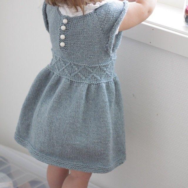 Lillemor tester ut ny kjole etter at jeg endelig fikk mot til å sy knapper og tråder  #strikk #strikking #strikkedilla #strikkemamma #madebyme #mydesign #knit #knitting #knittingmoments #handmade #homemade
