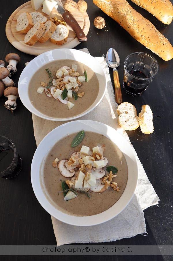 Vellutata di champignon con noci e formaggio di capra