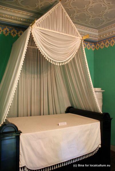 Bett im Schloss Rosenau mit Herrscherzeichen (siehe Pfeile oben), #Rödental…