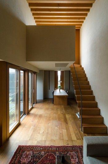 階段と同様に天井もリビング側から上昇して行く。無垢の木の構造を見せて空間の大きなアクセントとしている。