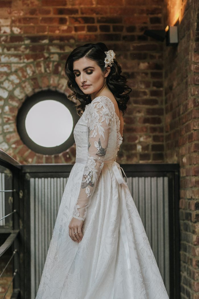 Cozy 1920s Winter Nyc Wedding Inspiration At The Foundry Junebug Weddings In 2020 Vintage Inspired Wedding Gown Wedding Inspiration Nyc Wedding