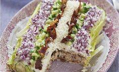 Detta är en riktigt god smörgåstårta inspirerad av den klassiska caesarsalladen, som ju görs på kyckling och bacon. Har ni bråttom går det bra att anvä