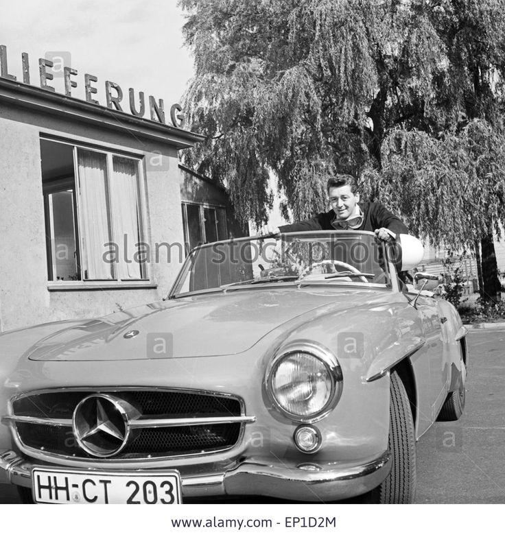 Der irische Sänger Johnny Dane in seinem Mercedes Benz 190 SL Cabrio in Hamburg, Deutschland 1950er Jahre. Irish singer Johnny D Stock Photo