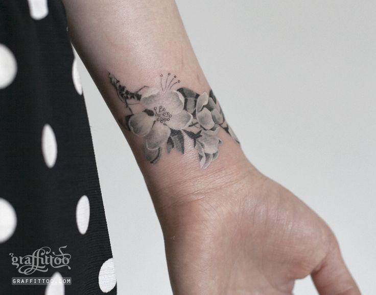 벚꽃 타투 by 타투이스트 리버. Cherry Blossom Tattoo. 벚꽃 타투. 꽃 타투. 손목 타투. 여성 타투. 그라피투. 분당 타투, wrist tattoo, flower tattoo