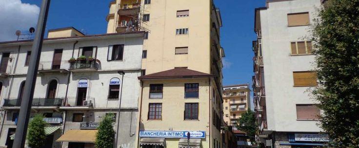 Appartamento di circa 100 mq composto da soggiorno, cucina-tinello, due camere da letto e bagno. Ottimo anche uso studio.