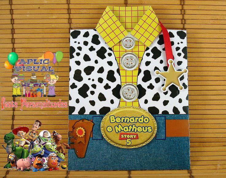 Este convite é para encantar seus convidados no tema Toy Story roupinha Woody ou Jessie, podendo ser feito os dois modelos para meninos e meninas. <br> <br>Papel fotográfico 240gr - impressão tinta pigmentada, tamanho 12 x 17 com envelope. <br>Feito com técnicas de scrap, e aplique em uma camada na fivelas, botões e gola, acabamento com fita de cetim na parte de dentro convite puxadas pela tag de estrela xerife para Woody e botinha para Jessie <br> <br>Caso não encontre aqui o que deseja…