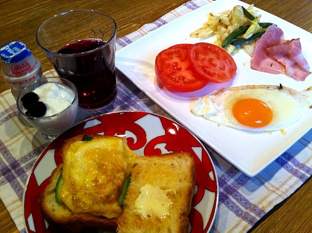 おはようございます。今日の福岡も曇り。朝は、トーストの半分に、卵焼きときゅうりをのせて。このパンは、昨日買ってきた、デニッシュパンです。今日は、仕事。頑張ります!みなさん、良い1日をー\(^o^)/ - 11件のもぐもぐ - トースト  ベーコンエッグ  インゲンとキャベツの炒めもの  トマト   ヨーグルト  グレープフルーツ   ヤクルト by 126kei