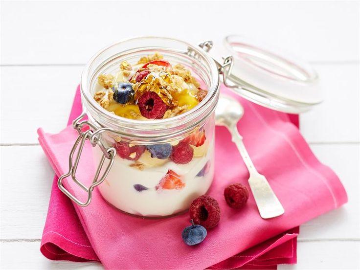 Marjarahka - Brunssiherkut voivat olla myös terveellisiä. Marjat ja hunaja sopivat täydellisesti rahkan kylkeen. http://www.valio.fi/reseptit/marjarahka-3/