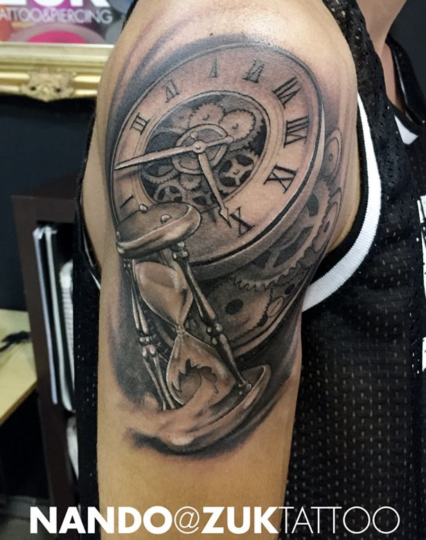 Tatuaje realista con dos relojes y engranajes.